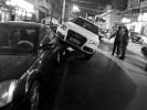 """为躲横穿马路行人 司机一把轮""""骑""""上路边车"""