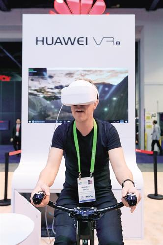 1月10日,在美国拉斯韦加斯,一名男子在消费电子展上体验华为公司的虚拟现实设备。 新华社记者 李 颖摄