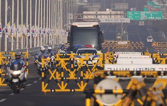 △朝鲜艺术团成员乘坐的汽车