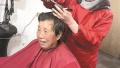 洛阳理发店老板刘小萍坚持20多年为社区行动不便老人免费服务