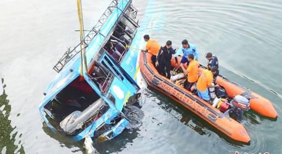 印度巴士坠河死亡人数上升至45人