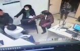 杭州一男子带女儿插队看病遭拒后掐医生脖子拉拽 警方正调查