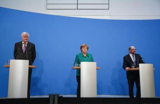 2月7日,在德国柏林的基民盟总部,德国总理、联盟党领导人默克尔(中),社会民主党主席舒尔茨(右)和基社盟主席泽霍费尔出席新闻发布会。新华社记者单宇琦摄