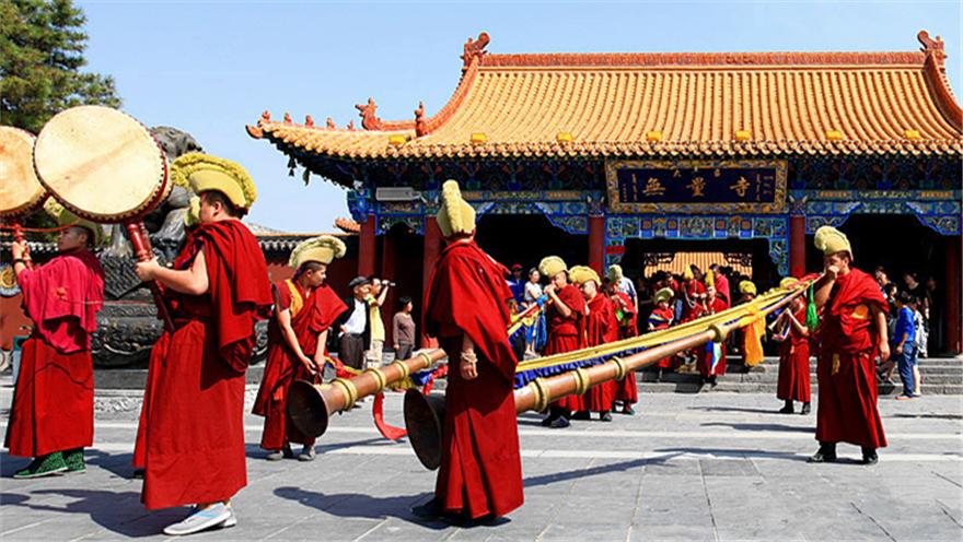 看年俗 品年味 内蒙古 大召寺广场上演多项非遗民俗