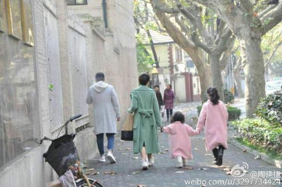 马伊琍一家四口逛街 文章抱小女儿过马路