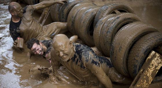 以色列10公里泥地跑 选手泥浆中奋力前行
