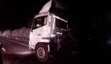 夜行司机边开车边戴着耳机看手机视频,幸亏高速交警发现了