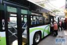 青岛224路公交19岁乘务管理员成网红 上岗首日收获两万赞
