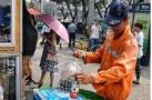 """感动!酷夏中""""爱心冰柜""""亮相北京街头 户外工作者可免费自取"""