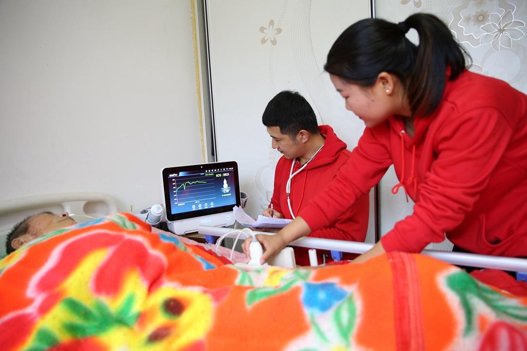 青岛:开展上门医疗服务 为困难家庭送温暖