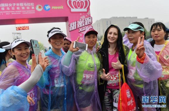 郑州:7000女跑友感受雨中马拉松的别样精彩