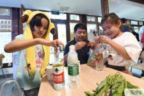 北京:胡同里的环保课 废品变洗洁精受居民热捧