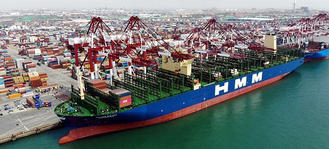 世界最大集装箱船首航青岛港