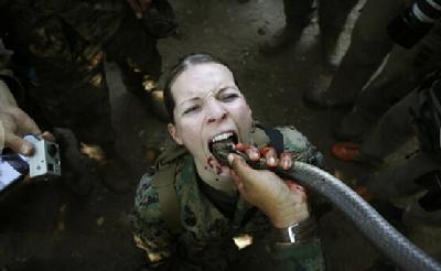 美国女兵军营生活:喝蛇血