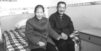 陆凤珍和吕中国的手一直紧握在一起。