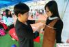 广州举行校园招聘会 女生应聘模特现场被量三围