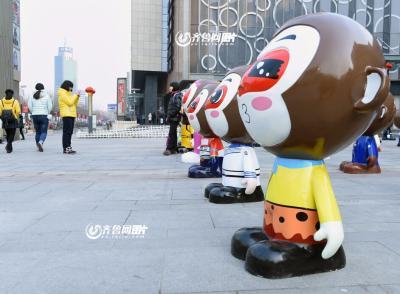 可爱的卡通形象,吸引不少游客和市民小朋友驻足观看