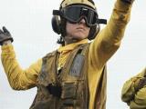 美国女兵在航母上干啥活?