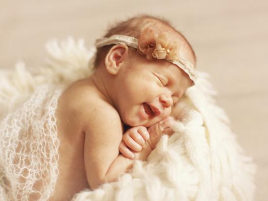 新生儿正确睡姿 新生儿侧睡能预防吐奶发生