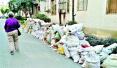 图文:装修垃圾堵塞小区一个月