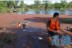 男子误把红色浮萍当塑胶跑道 掉入池塘溺水身亡