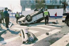 车子被撞成底朝天,开车的妈妈和5岁伢儿毫发无损