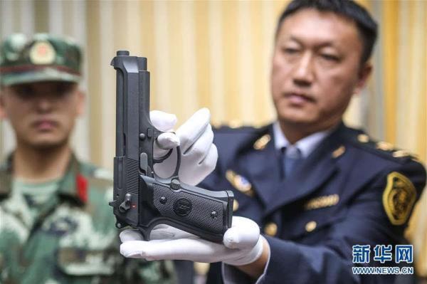 """青岛口岸在""""儿童玩具枪""""入境快件检出枪支"""