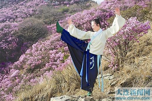 """""""仙女""""在山巅花丛中翩翩起舞。"""