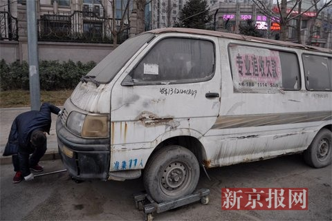 """车""""车身破旧,玻璃被贴上了广告-破旧 僵尸车 无人认领 车底灰尘积"""