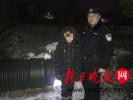 11岁男孩怕爸爸回家检查作业 雪夜躲进废塑料管