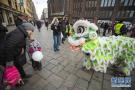 芬兰民众观看舞狮