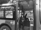 陪爸爸过年!13岁男孩每天坐七八个小时的公交车