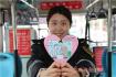 青岛公交司机自制卡通漫画礼让贴 倡导文明乘车
