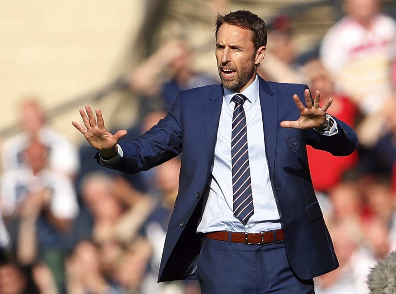 图为2017年6月10日,在2018年俄罗斯世界杯欧洲区预选赛F组对阵苏格兰队的比赛中,英格兰队主教练索斯盖特在场边指挥。