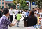 """南京""""小升初""""家长拿上百份证书排队 学校明确不看证书"""