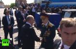 """看到""""挡道""""老兵被保安推开,普京直接迎了上去"""