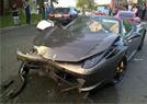 豪车相撞司机弃车