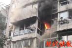 赞!扬州一小区发生火灾,外卖小哥第一个冲进火场