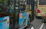 哈尔滨一小伙玩手机坐过站 竟肘击打碎公交车窗跳车