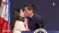"""送书""""索""""吻!杜特尔特在韩国公开亲吻女菲侨 网友:恶心!"""