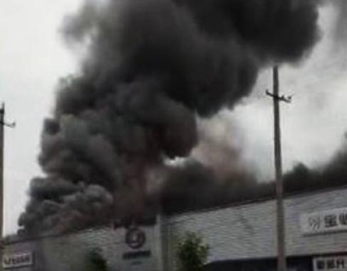 郑州一4S店凌晨突发大火,多辆汽车被烧幸无伤亡