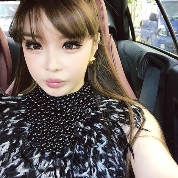 韩女星朴春否认整容后再晒近照 脸部僵硬满满塑胶感