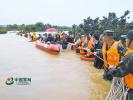 四川多地连降暴雨 部队官兵紧急驰援解救受灾群众