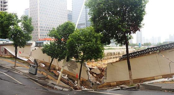 南昌一路面塌陷 车道下陷围墙开裂
