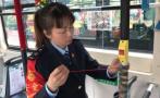 见乘客怕冷不握扶杆,杭州一公交女司机织了22只毛线套安上