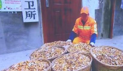 """四川乐山:环卫所""""烟头实验"""" 呼吁不要乱扔烟头"""