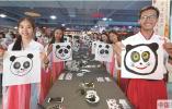 北京:中外大学生穿汉服包粽子 体验端午节传统习俗