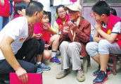 98岁中国远征军抗战老兵享受晚年幸福 每天看电视写日记