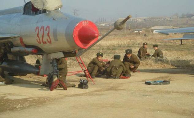 专家们指出,朝鲜似乎在此次大会上展示了大部分现役的战斗机类型。朝中社当天公开图片详细介绍了参加大会的空军飞机名单,包括3架米格-15、3架米格-17、2架米格-19、7架米格-21和1架米格-23战斗机;1架苏-25攻击机、2架伊尔-28轰炸机以及直升机等共43架军机。其中,苏联时期研制的米格-17和米格-21是朝鲜主力战斗机,都属于上世纪60年代之前生产的老式机型。 朝鲜还公开了最高领导人金正恩的专机苍鹰1号,该专机在俄罗斯研制,是朝鲜拥有的高丽航空客机中建造时期最早的机型之一。 一位不愿透露姓名的
