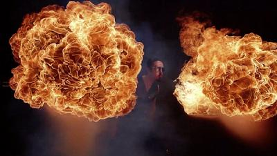 """据英国《每日邮报》报道,美国费城摄影师米奇·马丁内斯近日拍摄了一组名为""""地狱""""的火热照片。照片中,表演者迈克(Mike Icon)和特里(Terry Lee Fields II)展现了惊人的天赋与高超的技巧,从他们口中喷出的赤红火球,光芒耀眼,十分震撼。    马丁内斯说:""""讨论后我们觉得,如果这些火球能在相片中呈现出被时间冻结的效果,那该有多么令人惊叹。""""他表示,创造出此前从未尝试过的摄影是非常令人振奋的事。""""这是我最复杂的雄心之作。人们都很喜欢慢镜头的美丽以及火焰被冻结般的效果。我相信这是非常迷人的景象。""""    据悉,为捕捉火球闪耀的瞬间,马丁内斯共使用了48台单反数码相机和2台摄影机"""